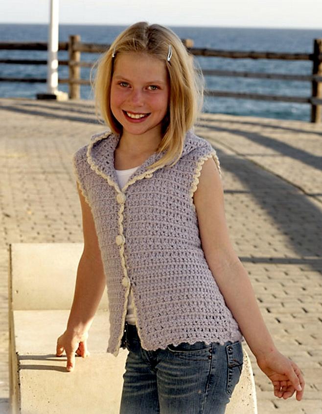 Вязаный жилет с капюшоном для девочки