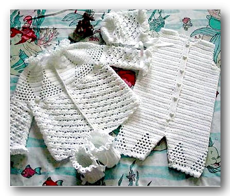 Нежный вязаный комплект для малыша - жакет, комбинезон, шапочка и пинетки, связан из ниток белого цвета. Выглядит очень нарядно. Размер 68