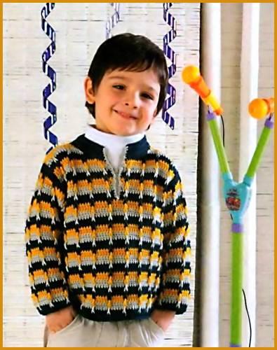 Полосатый джемпер для мальчика связан из пряжи сине-зеленого цвета и из пряжи серого и желтого цветов.