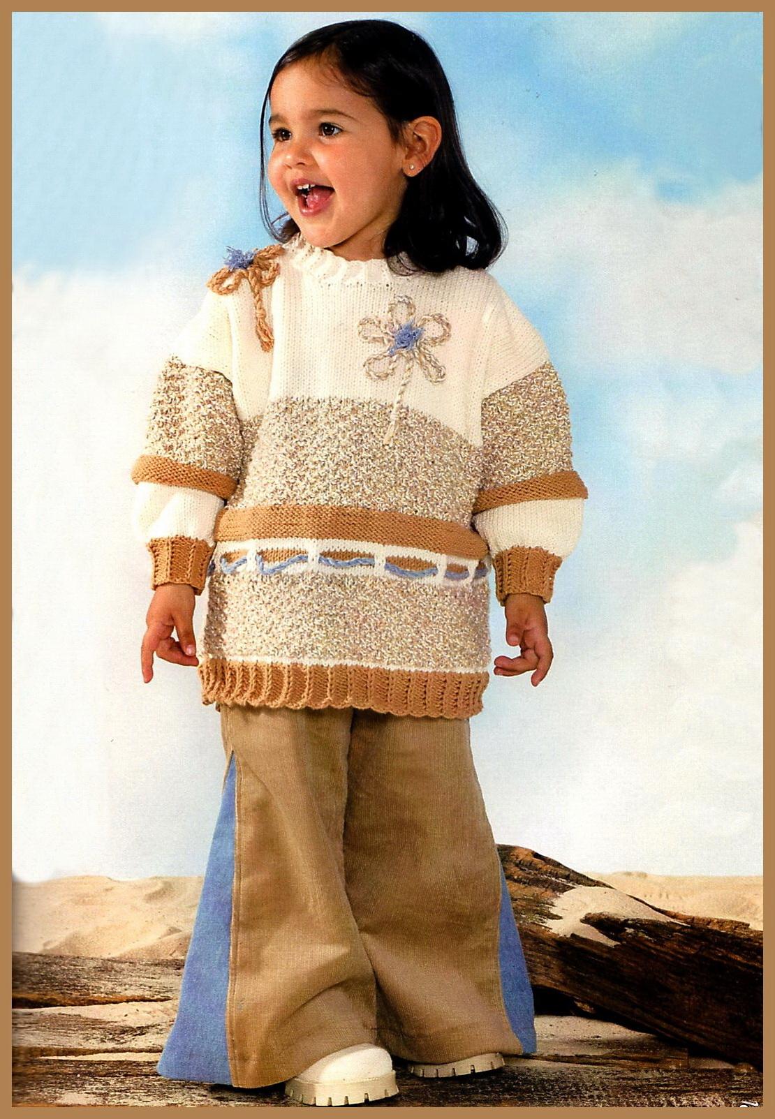 Женский вязаный спицами пуловер с глубоким вырезом, украшенный цветами из контрастной пряжи.Далее. Модели вязания свитеров.Далее. Вязание женского джемпера